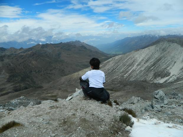 Estoy sentado en la cumbre del Pico Pan de Azúcar, observando el regalo de la Madre Tierra.